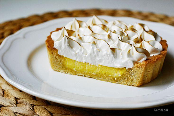 """Lemon meringue pie ("""" citronový koláč se sněhovou pusinkou"""") byl dlouho na mém seznamu """"chci-ochutnat-a-hlavně-sama-upéct"""". Dlouho..."""