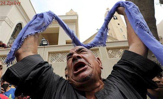 Egyptská vláda schválila po útocích výjimečný stav. Lidé kopou hroby v troskách kostelů