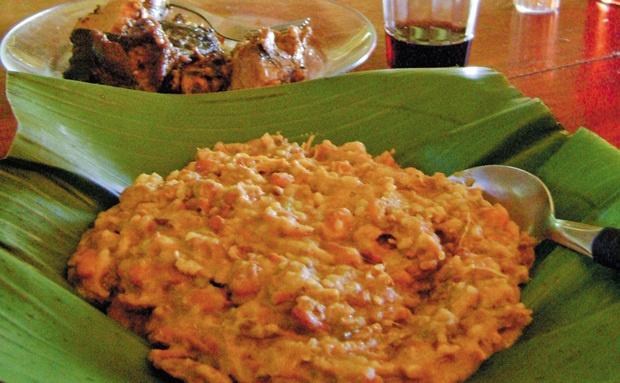 A matula, palavra também usada como sinônimo de marmita, é um cremoso tutu de feijão-branco ou mulatinho engrossado com farinha de mandioca e incrementado de pedaços de linguiça, carne de sol e carne de lata (curada em banha de porco por 15 dias) - Goiás, Brasil