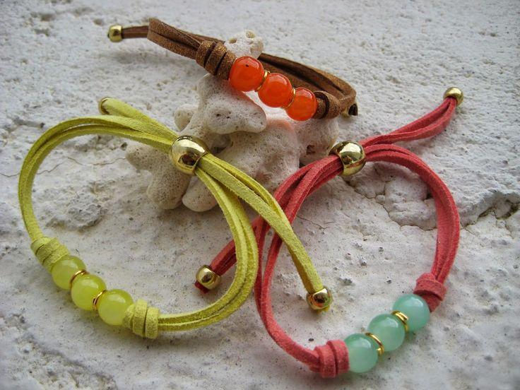 Pusera en cordón de ante con detalle central de cuentas de cristal y finalización con piezas de zámak doradas. 3 colores