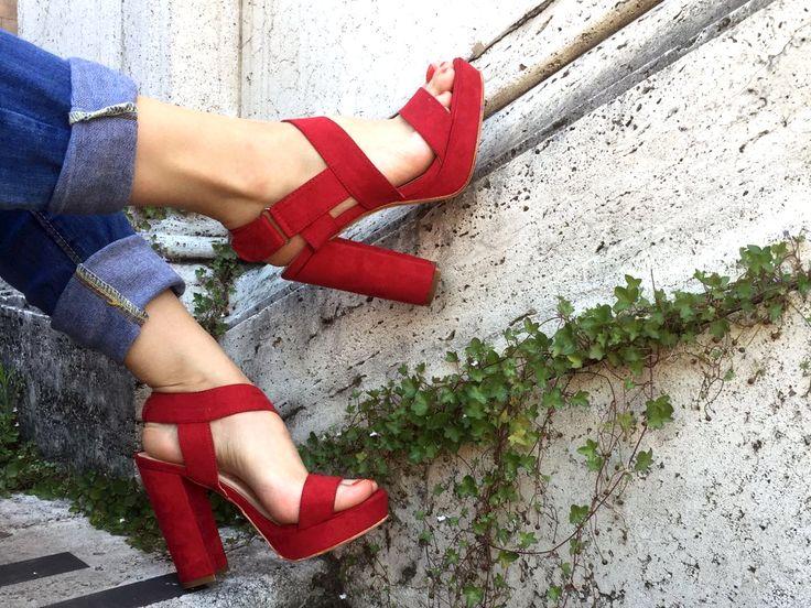 Un tocco di femminilità allo street style, le scarpe con tacco riescono ad essere eleganti e dinamiche in tutte le situazioni, l'ampia apertura dona freschezza e comodità, vestibili con ogni outfit. #scarpecontacco #tacco #scarpe #queenhelena #donnascarpe