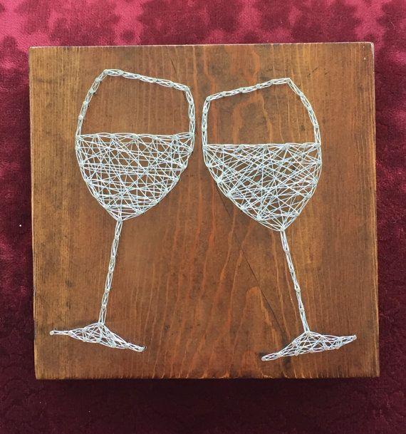 Une nouvelle version sur des fils tendus! Il s'agit d'un 9 X 9 1/2 morceau de bois rustique avec des verres à vin faites avec des clous argent et fil de bijoux à la main. Il s'agit d'un grand essentiel pour cet amateur de vin ou pour un cadeau de fête.  Mes pièces sont fait à la main et utilisé avec une variété de différents bois, afin quils soient vraiment unique en son genre.