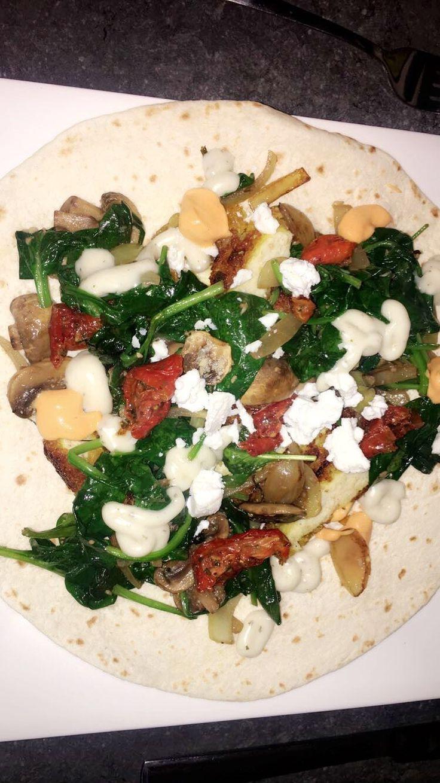 Wrap met geitenkaas, krokante kip schnitzel, verse spinazie, knoflook,uien,zongedroogde tomaten,champignons, knoflook saus