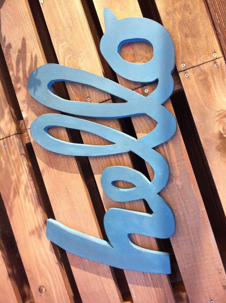 Letras pintadas y cortadas a mano en madera natural. Se hacen por encargo y puedes elegir tamaño y color.  Medidas máximas: 40x60cm.