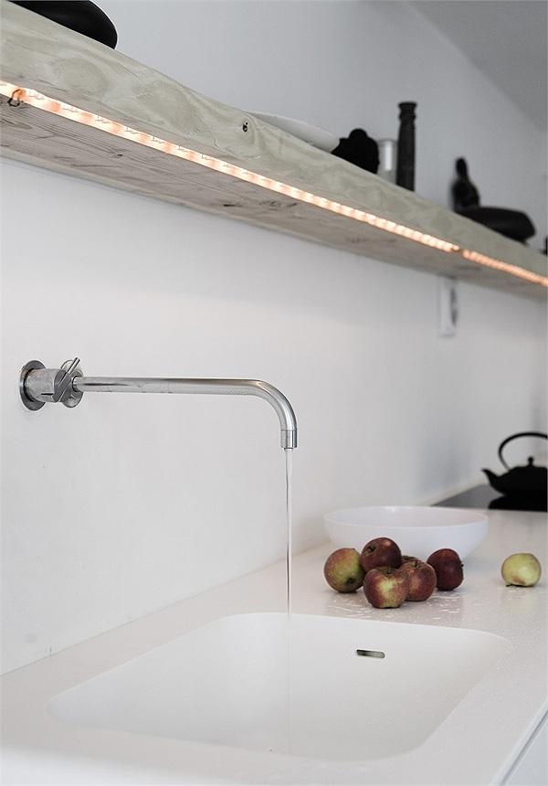 Vedbaek House by NORM Architects Led-verlichting infrezen is een goed idee voor de plank boven het aanrecht.