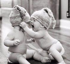 Младший ребенок – тот, которому никак не вырасти.Младший ребенок – это тот, кто в глазах всей большой семьи никогда не вырастает. Всегда остается малышом, даже если ему уже сорок. В этом есть и свои плюсы, но и свои минусы. Понятно, что это по-разному действует на девочек и мальчиков. Кому-то скорее на благо, кому-то наоборот.  Родители, воспитывая очередного ребенка, обычно уже подкованы. Они не так тревожатся, не делают лишних движений. Это, конечно, плюс.  Ему больше позволяется, с него…