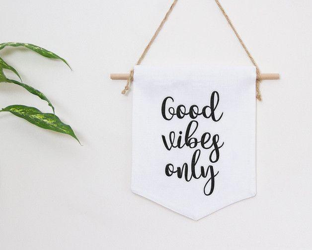 """Leinen Wand hängen, mit adorable Zitat """"Good vibes only"""" Von Hand aus natürlichem Leinenstoff mit hoher Sorgfalt und Liebe zum Detail genäht. Diese Wand hängt Features ein gesticktes Zitat auf der..."""