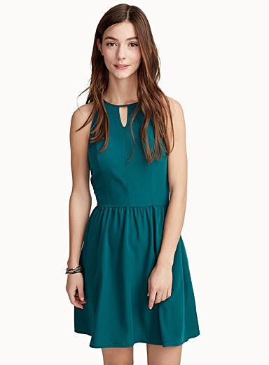 Exclusivité Twik - Une robe qu'on enfile tout simplement, à porter chic ou relaxe - Mélange de modal ultra doux et léger - Zip accent au dos Le mannequin porte la taille petit Longueur: 95cm, du haut de l'épaule