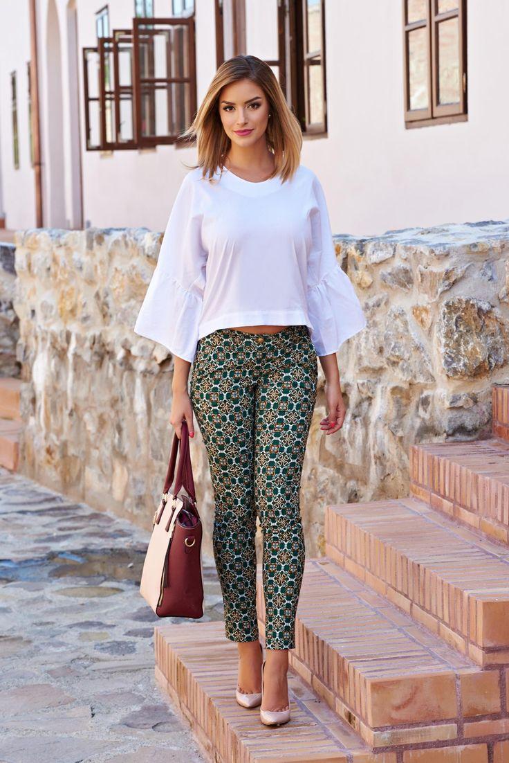 Pantaloni PrettyGirl Be Awesome Green. Pantaloni din material usor elastic cu imprimeu si buzunare in fata.  Se inchid cu fermoar si nasture. Este un model de pantalon indraznet care se potrivesc cand doresti o tinuta speciala, de zi.
