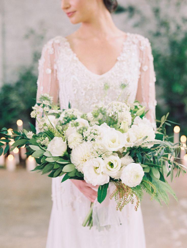 white wedding bouquet | Photography: Diana McGregor