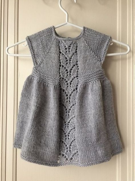 Sød kjole til nyfødte piger. Den er ikke svær, og der er både tekst og diagram. Her strikket i 100 % uld, men blandingsgarner kan sagtens bruges. Pinde 4. Læs mere ...