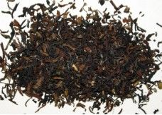 BIO DARJEELING FTGFOP1 SINGELL Die Plantage produziert seit Mitte der Achtziger Jahre Tees aus kontrolliert biologischem Anbau. Im Aufguss findet man die für Darjeeling-Tees aus der zweiten Pflückungsperiode typisch leuchtend-bronzefarbene Tassenfarbe. Das gleichmäßige, kurze Blatt wird sehr sorgfältig verarbeitet und weist viele silbrige Tips auf. Dieser vollmundige und sehr aromatische second flush besticht durch sein weich-samtiges Muskatel-Aroma.