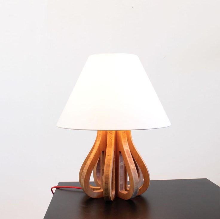 La lampe galbée Melissa en bois massif et lin en ligne sur Cute.fr : http://www.cute.fr/lampe-melissa-en-bois-massif-blumen,fr,4,blumen-lampe-melissa.cfm