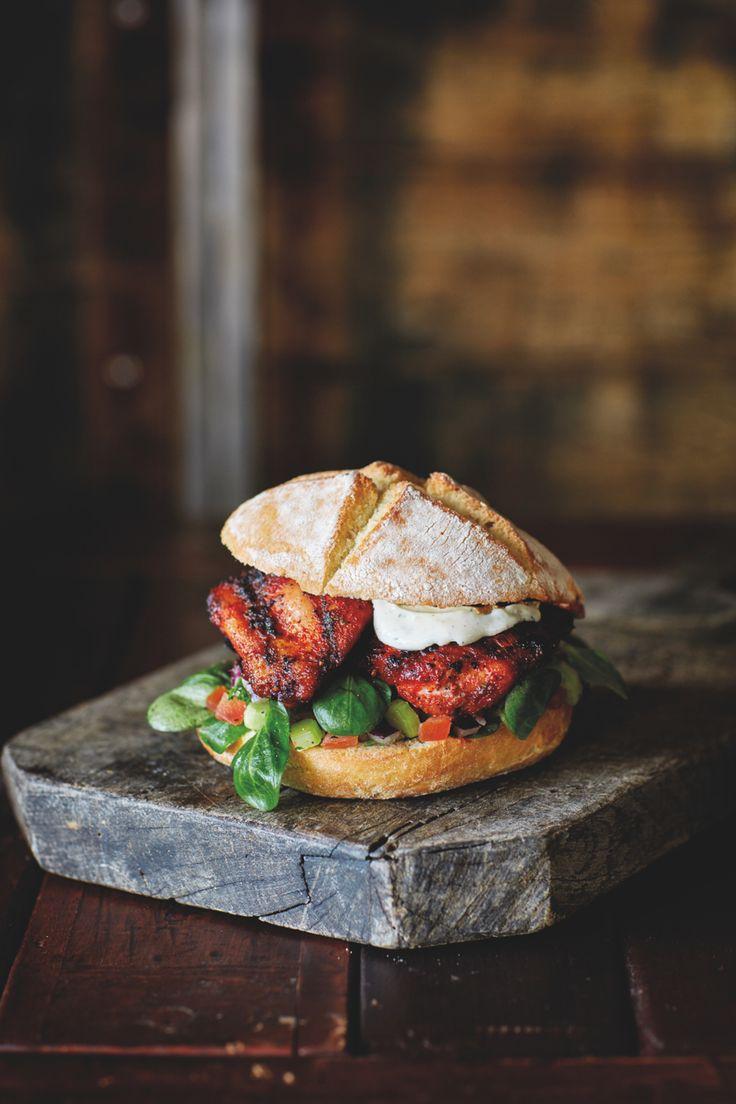 Een goddelijk recept uit het heerlijke barbecueboek Smokey Goodness van Jord Althuizen: een smokey chicken sandwich van de BBQ. Bereid…