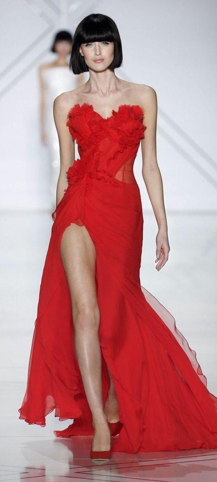 tenue pour mariage en rouge avec buste en forme de coeur aux volants jupe avec fente très profonde