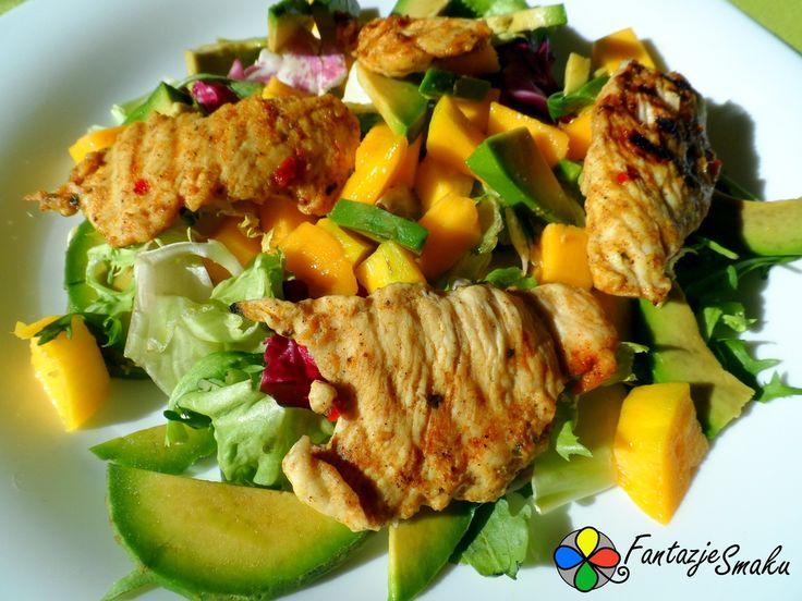 Sałatka z grillowanym kurczakiem, awokado i mango