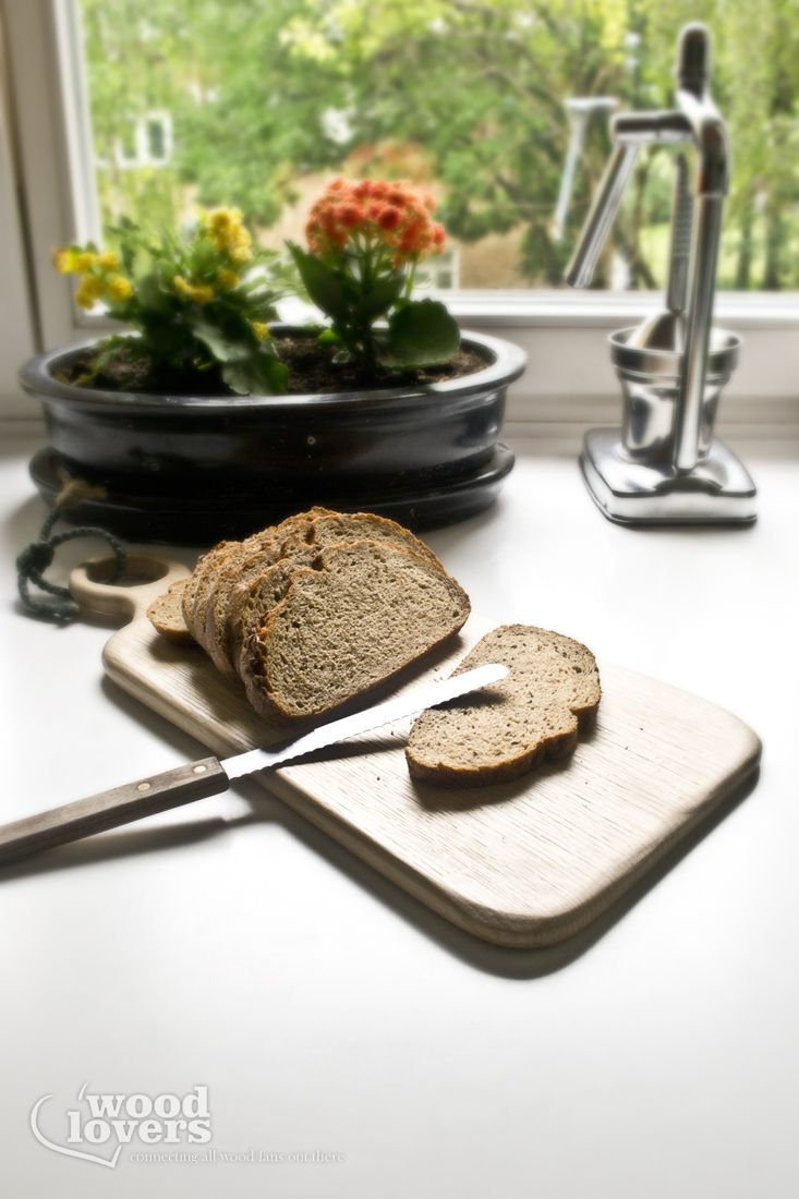 Dębowa deska do serwowania lub krojenia. Ciekawy i rzadko spotykany wzór i kolor pozwolą się wam wyróżnić. Wykonana w całości ręcznie z wielką dbałością o szczegóły. Sznur również został ręcznie zapleciony. Deska zabezpieczona woskiem. Wymiary:49x23x1,5 cm Wykorzystane materiały:Lite drewno dębowe, wosk naturalny, lniany sznur Metoda produkcji:Wykonane w 100% ręcznie
