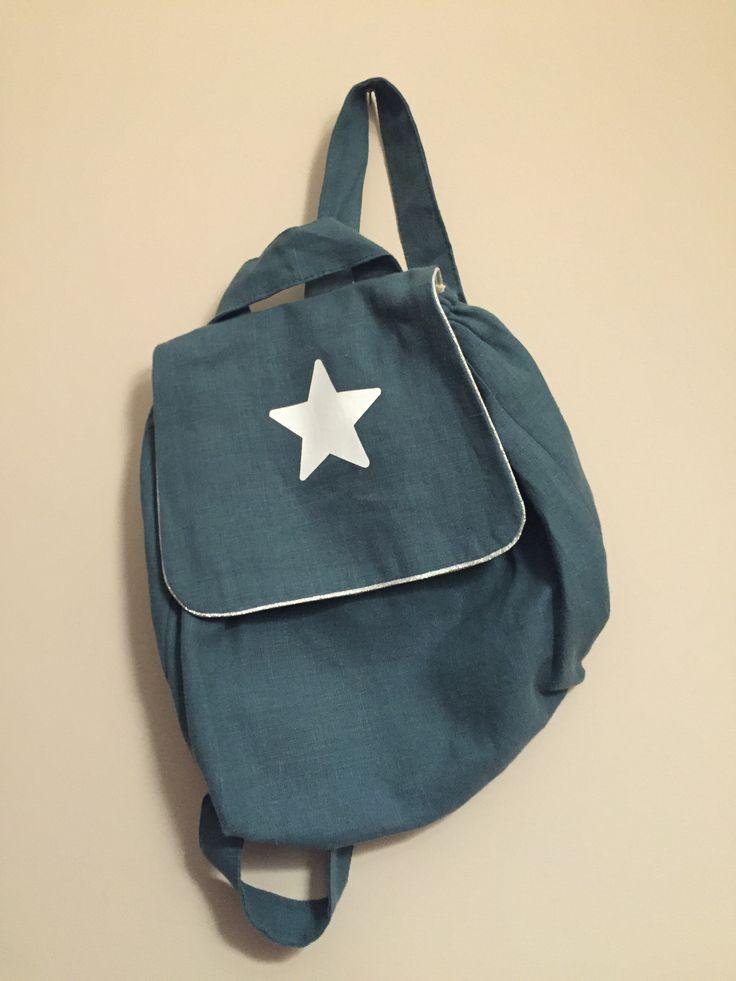 Sac à dos bleu canard étoile blanche Lin et passepoil fabriqué en France Fermeture scratch Dimensions 29 x 28cm Prix : 40 €