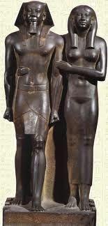Statua-ritratto del Re Micerino e sua moglie. Metà del III millennio a.C. Antico regno. Scolpita a tutto tondo nel basalto, tipico materiale utilizzato nelle sculture egizie. Ritrovata a Giza, conservata al Museo dell'arte di Boston