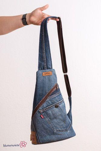 Diesen Crossback habe ich aus einer aussortieren Jeanshose und einem ausrangiertem Pyjama (Webware) meines Mannes genäht. Ich konnte die ...