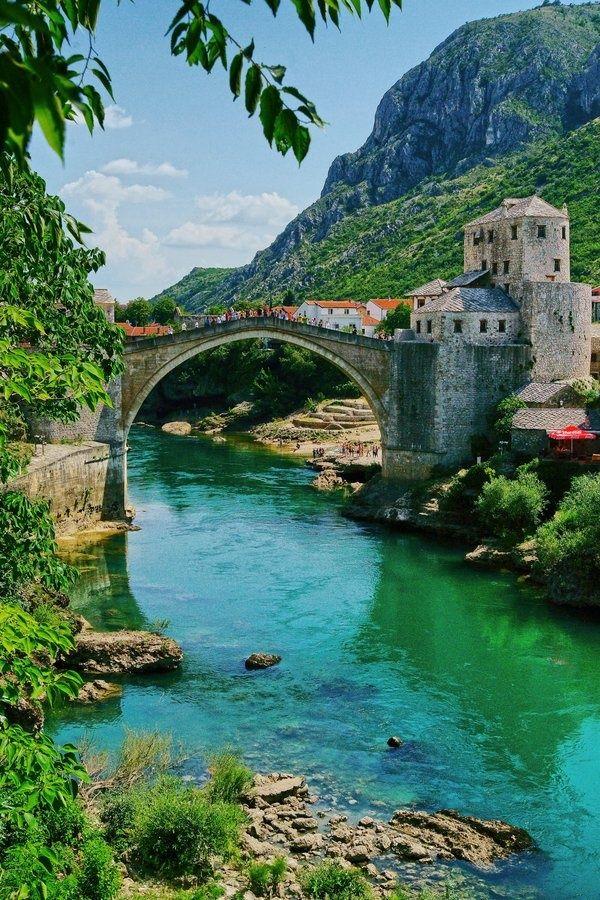Puente Mostar en Bosnia (Europa). En 1566 los estudiantes del reconocido arquitecto Mimar Sinan construyeron este puente en el río Nevetra. En 2005 fue parte de la UNESCO como parte de Patrimonio de la Humanidad.