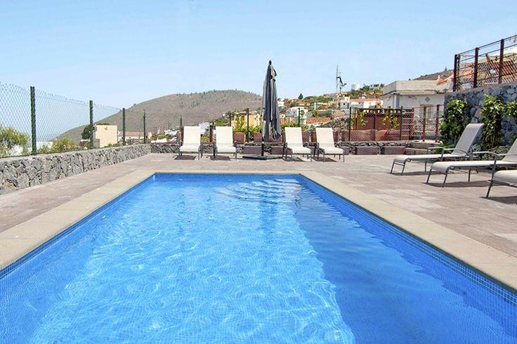 Description: Voel je welkom in Casa Erques II Rustig gelegen vakantiehuis met veel ruimte en prachtig uitzicht Welkom in Casa Erques II zullen naar alle waarschijnlijkheid de eerste woorden zijn die je hoort als je er aankomt. En degene die dit met een grote glimlach op haar gezicht tegen je zegt is of Francesca of Carmen je gastvrouwen deze vakantie. Casa Erques II ligt aan de rand van het dorp Vera de Erques en zo'n 9 km van het grotere Guía de Isorain het zuidwesten van Tenerife. Het ligt…