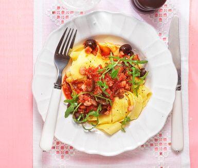 En italiensk favorit som inte har så gamla anor som man kan tro – på 1960-talet dök den smakrika pastarätten upp och blev snabbt populär. Vitlök, tomat, sardeller, oliver och chili är klassiska ingredienser i en puttanescapasta. Med pancetta i blir det extra gott!