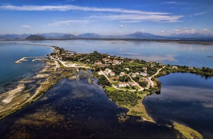 Λεπτές προσχωσιγενείς λουρίδες γης αγκαλιάζουν τη λιμνοθάλασσα Λογαρού και συνδέουν το χωριό με τον κορμό της Περιφερειακής Ενότητας Άρτας.