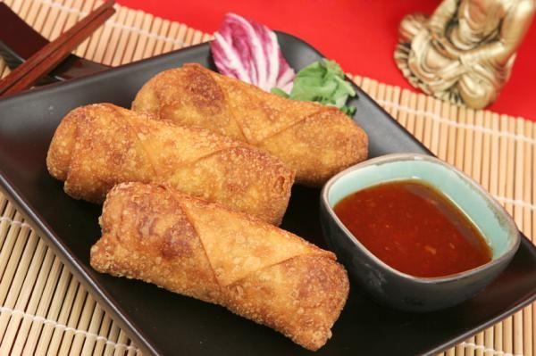Cómo hacer tallarines chinos con pollo. ¿Te fascina la comida china? No tienes por qué siempre ir a un restaurante para disfrutar de sus exquisitos platos como los tallarines, los arroces o los rollitos porque tú misma puedes prepararlos de...