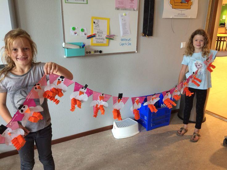 Kraamcadeautje: vlaggetjesslinger met ooievaars.