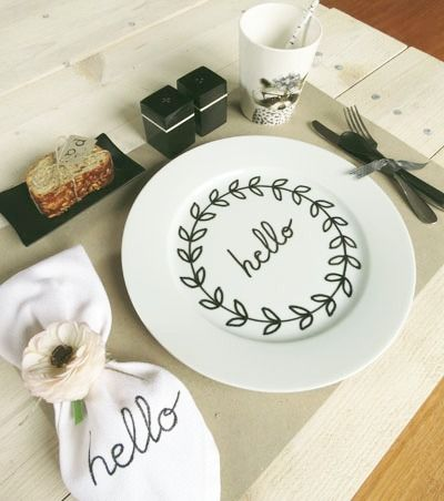 DIY customized place settings.    Mesa de la semana en blanco y negro con Diy incluído |