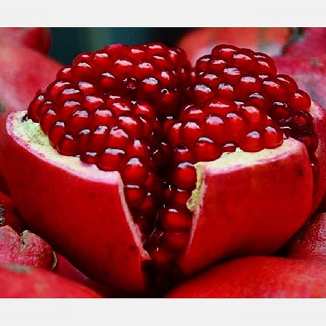 The more you know! Pomagranets help get rid of heart blockages?! A compound found only in pomegranates called punicalagin is shown to benefit the heart and blood vessels. Punicalagin is the major component responsible for pomegranate's antioxidant and health benefits. It not only lowers cholesterol, but also lowers blood pressure and increases the speed at which heart blockages (atherosclerosis) melt away. Courtesy of www.drfuhrman.com #letsgo #gym #gymlife #weights #weightloss…