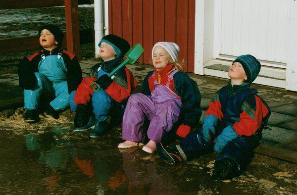 Underbart fint vårväder i dag. Här fyra små galonfigurer som njuter av vårsolens strålar i mars 1994!