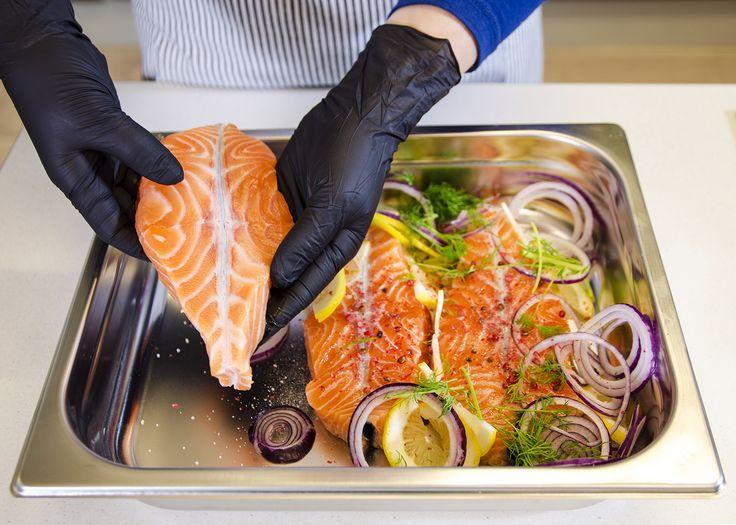 Eskimon nitriilikäsineet soveltuvat hyvin rasvaisten elintarvikkeiden käsittelyyn. http://www.eskimokauppa.fi/catalogsearch/result/?q=nitriili