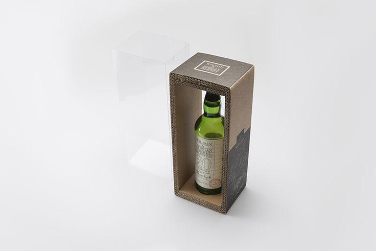 Специалисты студии ennaspackaging разработали оригинальную конструкцию и дизайн оформления упаковки бутылки Whiskye. Упаковка получилась комбинированная, из пятислойного гофрокартона и прозрачного полипропилена.  Бутылка Whiskye в вертикальном положении упаковывается в картонную обечайку (три слоя пятислойного гофрократона), картон украшен одноцветной печатью (сопутствующая информация и декорирование). Картонная упаковка с бутылкой помещается в прозрачную полипропиленовую тубу…
