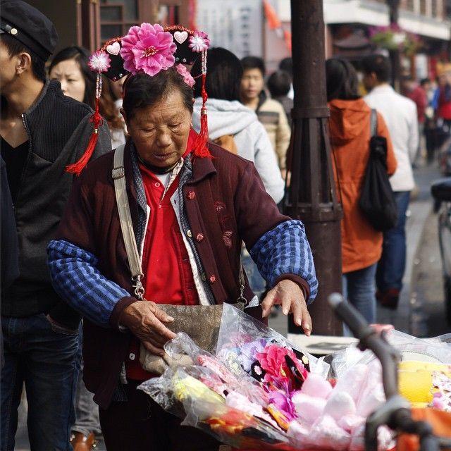 """Signora cinese che vende gadget molto """"particolari"""" per le strade della città. #stageincina #programmidistage #internshiprograms #cina"""