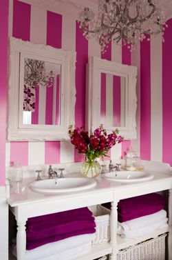 Schöner Schnörkel  In diesem Home-Spa hätte selbst Marie Antoinette an vornehmer Blässe verloren! Die Spiegel an der Wand wurden mit opulenten Rahmen versehen und erinnern stilecht an die pompöse Zeit des Rokoko. Für zusätzliches Prinzessinnen-Feeling sorgt die Wandfarbe in pink-weißem Streifenmuster. Die Handtücher in elegantem Brombeerton vervollständigen den Look!