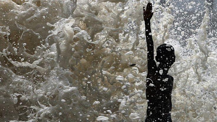 Las fotos y videos del lago Bellandur, en la India, pueden resultar engañosas, ya que lo que parece ser nieve que cubre sus aguas es, en realidad, espuma tóxica que de vez en cuando cubre las calles de la ciudad de Bangalore e incluso arde.