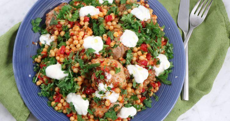 Ugnsstekt kycklinglårfilé som serveras med en riktigt smakrik och god sallad på couscous, paprika, ajvar och örter.