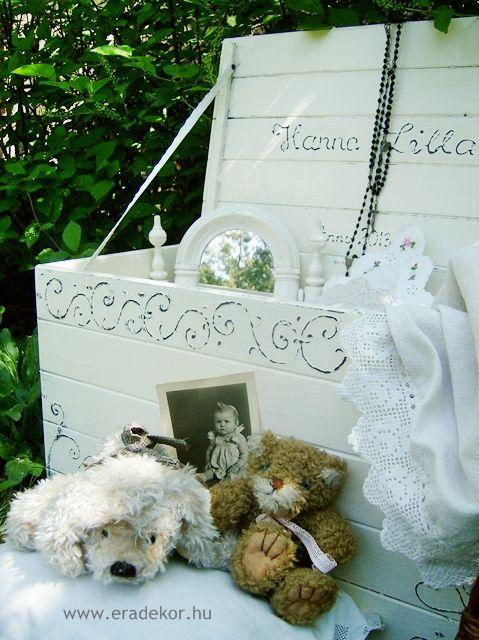 Provence-i stílusú, antikolt fehér névre szóló játéktároló láda. Fotó azonosító: JATNORFEH06