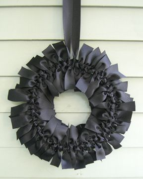 Yup. I'm obsessed with wreaths. I gasped at this gorgeousness. It's so simple. Just tie little bows around your ring. Voila!