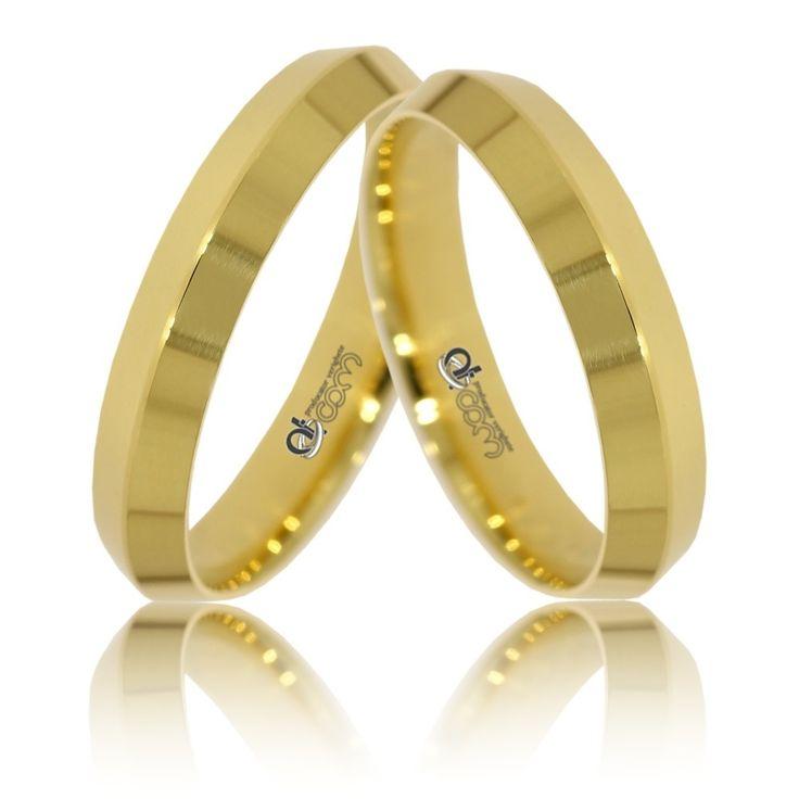 Sunt inele de nunta moderne, carora finisajele lucioase aplicate de mesterii ATCOM le ofera un plus de expresivitate si un aer elegant.