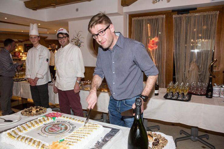 """Grazie a tutti quelli che ieri hanno deciso di festeggiare con noi il nostro 10° anniversario....  Vogliamo ringraziarvi con questa foto! """"Il proprietario che taglia la torta!""""  #rosadegliangeli #10anni #anniversario"""