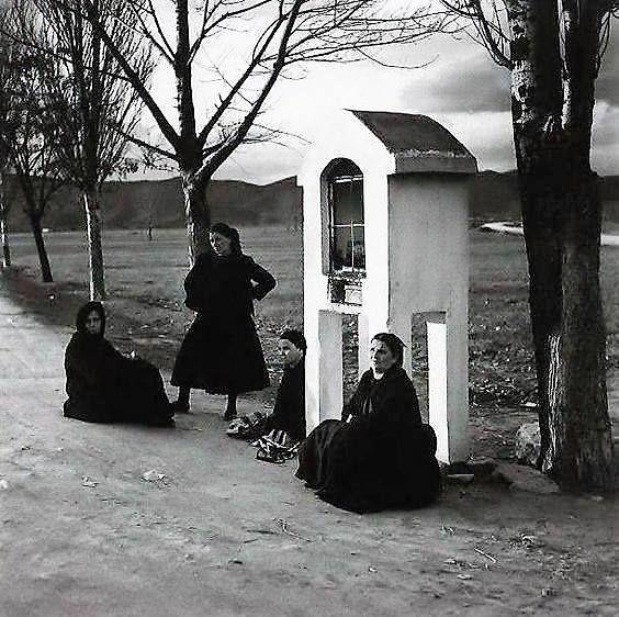 Στη στάση λεωφορείου στην Εθνική οδό Λάρισας -Τρικάλων, δεκαετία 1960-1970 φωτογράφος: Δημήτρης Λέτσιος