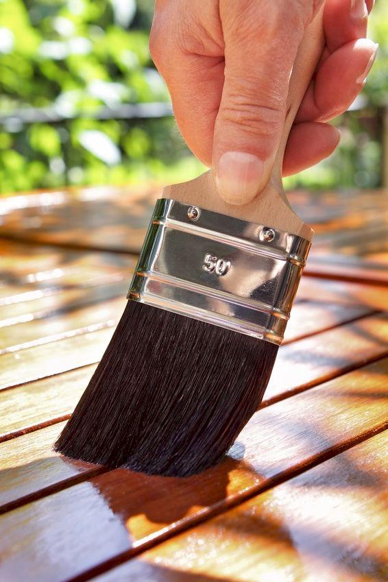 Hout onderhoud: Een geolied oppervlak vergt op iets langere termijn juist minder werk dan het onderhoud van een geschilderd oppervlak