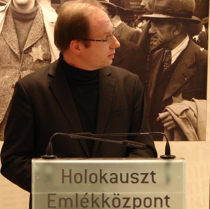 Az Anschluss konferencia első előadója, Mag. Harald  Strassl történész, az Eisenstadti Egyházi Gimnázium igazgatóhelyettese