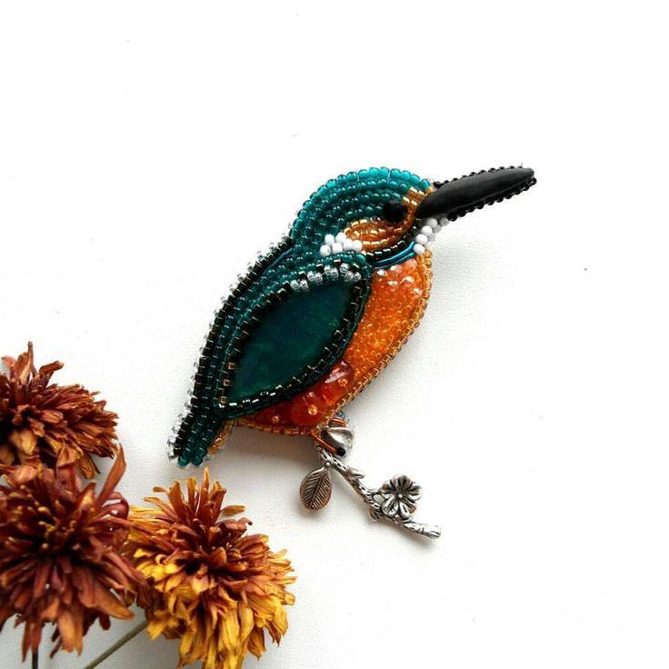 """И еще одна птичка в тропическую коллекцию - брошь """"Зимородок"""" Брошь вышита японским бисером, хрустальными бусинами, янтарем, канителью, в крылышке - красивый кабошон из ювелирной смолы. Изнанка - натуральная кожа по крайним точкам - 8 х 5.5 см. РЕЗЕРВ"""