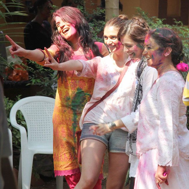 Divya Dutta, Dia Mirza, Aditi Rao Hydari & Richa Chadda enjoying Holi at Shabana & Javed's bash 2014