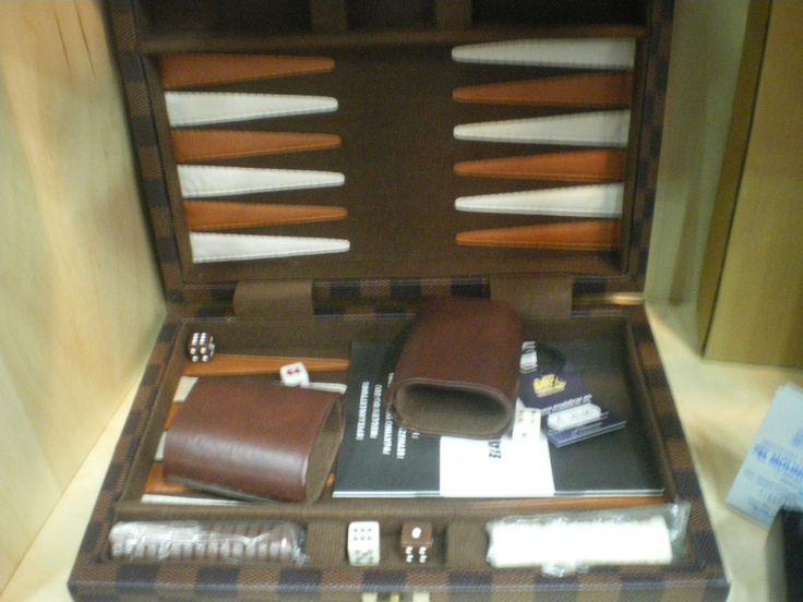 Juego backgammon, con estuche y cubiletes en piel.