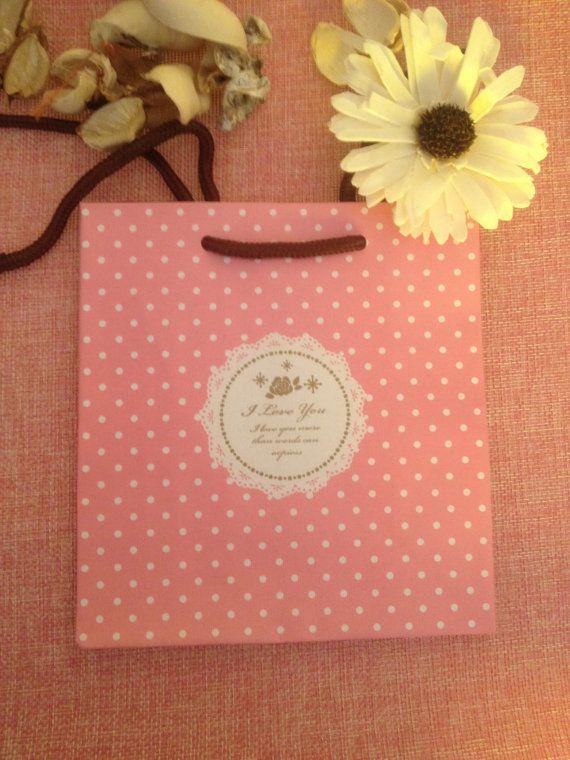 Sacchetto regalo rosa a pois bianchi con scritta di ShockingStore